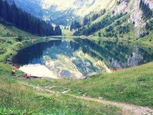Spiegelungen und Grillstelle am Talalpsee